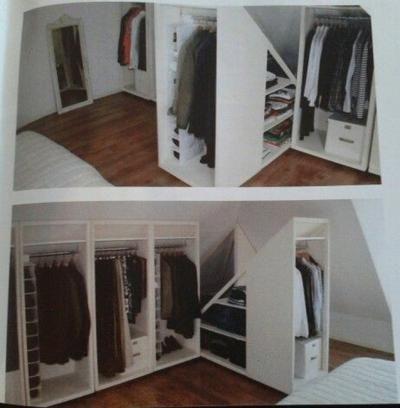 Praktische Lösung für einen Kleiderschrank in einem Zimmer mit Dachschräge