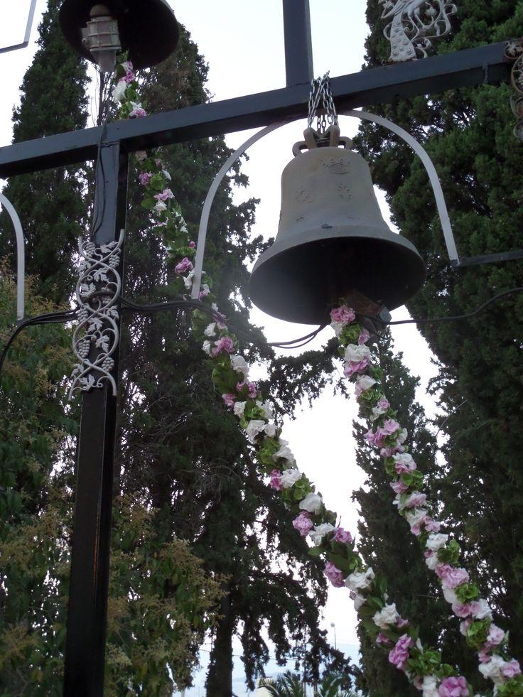 διακοσμηση καμπαναριου, με γιρλαντες απο τριανταφυλλα και ορτανσιες.