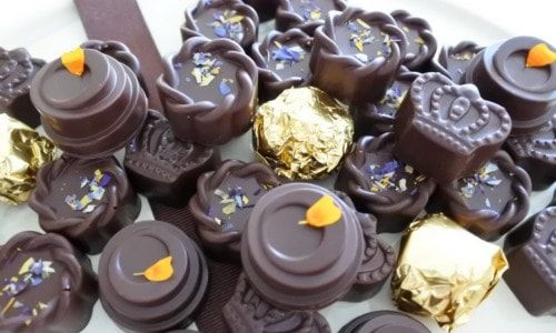 Our Luxury Assorted Organic Chocolate boxes can be personalised, our current selection is Orange, cherry, Triple Nut, Caramel and our signature Crown. https://www.laviniawilsonschocolates.com/product/organic-chocolates/