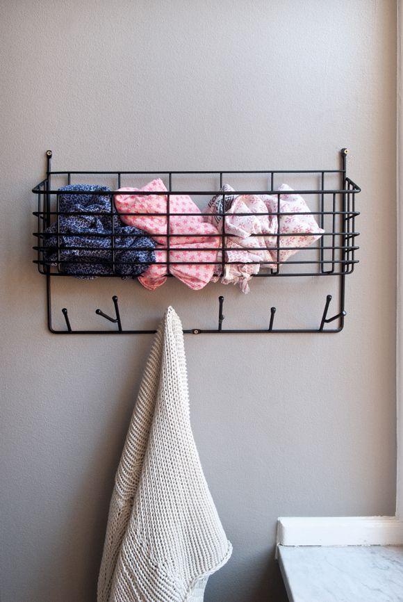 Mitten Shelf er en praktisk opbevaringshylde med både knager og hylde. Fremstillet i metal....