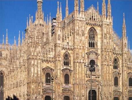 Lombardia - Milano - Duomo, monumento simbolo del capoluogo lombardo, è dedicato a Santa Maria Nascente ed è situato nell'omonima piazza nel centro della città. Per superficie, è la quarta chiesa d'Europa, dopo San Pietro in Vaticano, Saint Paul's a Londra e la cattedrale di Siviglia. È la chiesa più importante dell'Arcidiocesi di Milano ed è sede della Parrocchia di Santa Tecla nel Duomo di Milano.  Con 11.700 m² di superficie e 440.000 m³ di volume è la chiesa più grande d'Italia…