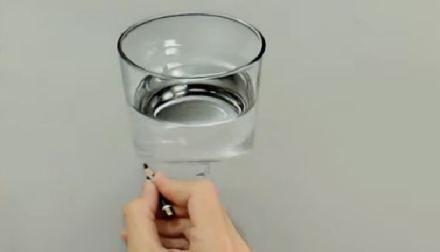 Incroyable dessin d'un verre d'eau en 3 D!