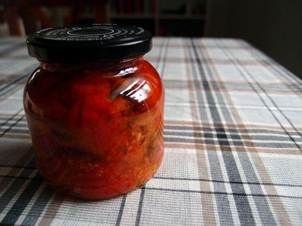 Har du mange tomater, så er henkogte tomater en fin måde at forlænge tomaternes levetid, så du også kan nyde de dejlige grøntsager til vinter.
