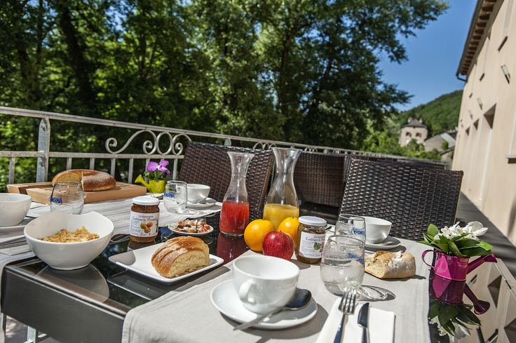 Un petit déjeuner au bord de l'eau; laissez vous tenter et venez profiter d'un séjour à l'hôtel les 2 rives. #hotellozère #détenteenlozère #hotelles2riveslogis #hotellogisdelozère