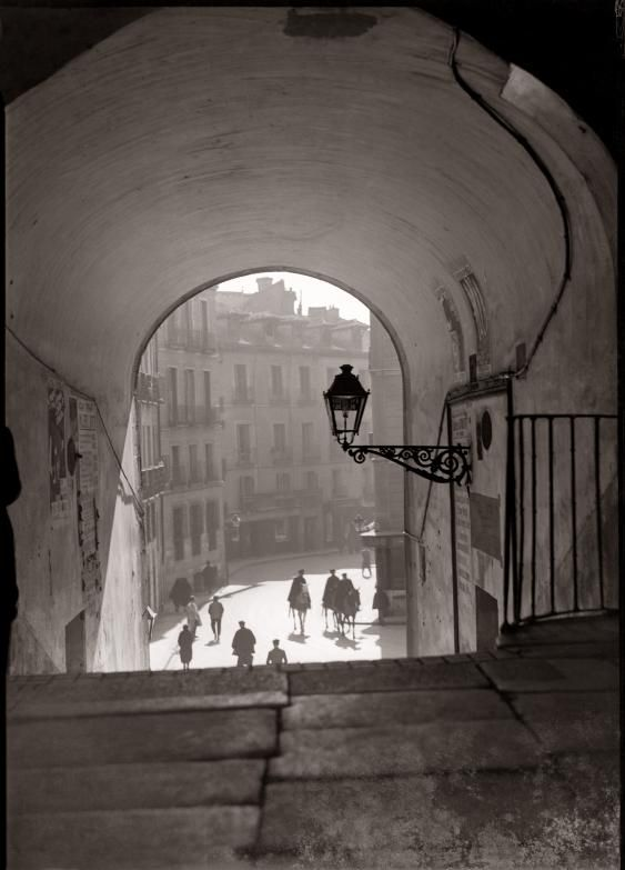Cuchilleros Arch. View of the Cava San Miguel,Madridc. 1930  photo by Diego González Ragel