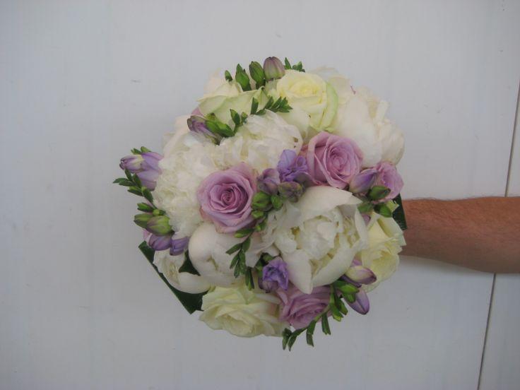 Brautstrauss mit weissen Pfingstrosen, lila Fresien und lila Rosen Bridal bouquet with white Peones and violet roses