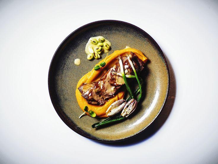 Томленое плечо ягнёнка с тыквой, бобами эдамаме и маринованным луком с перцем ахи амарилло в Chicha