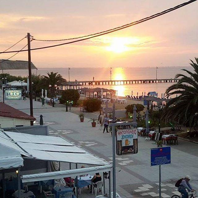 Reposting @happiness.keys.8: Couché de soleil face a la mer Egée 🌅  Conseil petit budget:  Hôtel Pithari à Agia Triada 🇬🇷 Prix: 40€ - 80€ la nuit (suivant la période) Petit dej: 5€ Parking gratuit Plage à 20m  https://www.booking.com/hotel/gr/pithari-agia-triada.fr.html?utm_campaign=crowdfire&utm_content=crowdfire&utm_medium=social&utm_source=pinterest  #greek #travel #sunset