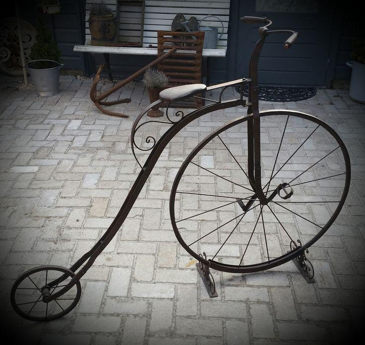 Prachtige antieke Hoge Bi-fiets, leeftijd onbekend. Een echte eyecatcher! In zeer goede staat. Compleet, leren zadel, handvatten van hout, wielen van hout, spaken geklonken. Met prachtige sierlijke…