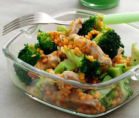Salaten er lækker - og god at tage med på arbejde, hvis den anrettes i plastbokse.