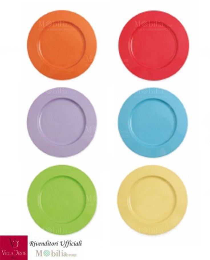 Sottopiatti Metallo Colorati Baia Lisse Villa d'Este Set 6 Pezzi, in 6 colori assortiti: lilla, arancio, rosso, verde, azzurro e senape.  Ideale per chi ama portare in tavola un tocco di raffinatezza, leggerezza e eleganza.