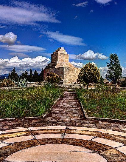 Pers mezar anıtı(Taş kule)/Foça/İzmir/// Foça'nın 7 km. doğusundaki bir düzlükte,TAŞ KULE olarak anılan mezar anıtı İÖ 5. yüzyıla ait. Bağımsız bir kaya kütlesinin şekillendirilmesiyle oluşturulan bu anıtın karakteristik özellikleri, onun bir Pers için yapılmış olduğuna işaret etmekte. Anıt Pers Kralı Kyros'un Pasargadai'deki (İran) mezar anıtı ile benzerlikler göstermekte.