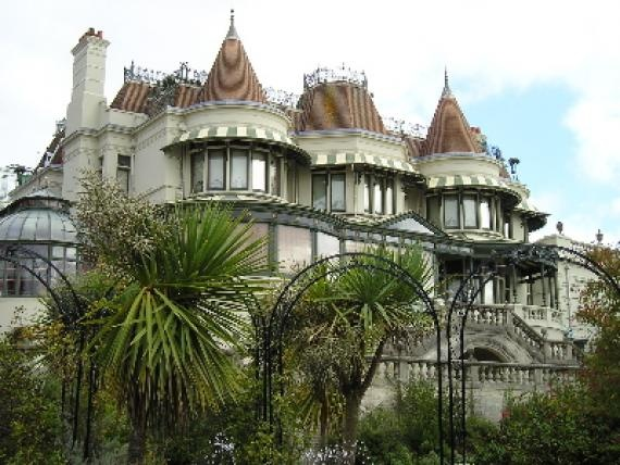 Housed in one of the last remaining Victorian villas in Bournemouth, it was originally lived in by Sir Merton and Lady Russell-Cotes.   The main part of the museum is based on the collection of souvenirs collected from around the world by the family including Japan, Australia, New Zealand, Russia, America and Hawaii . The mikado room is based on their many Japanese objects.
