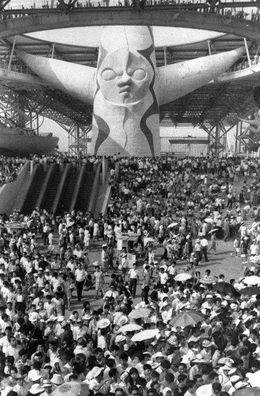 来場者で混み合う太陽の塔前のお祭り広場=1970年撮影