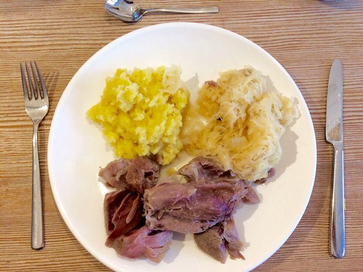 Baziplatte: Eisbein mit Sauerkraut und Kartoffelpüree