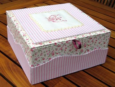 Voilà Une autre boite à tiroir secret, c'est un vrai plaisir que de varier ce modèle, qui ici servira sans doute de boite à bijoux Comme le tissu est clair, avant de la mettre en service je lui ai passé un peu de bombe imperméabilisante de façon à éviter...