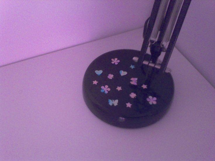 Come decorare una lampada a tinta unita: Prendere un foglio Fare delle strisce con gli evidenziatori Tagliare delle forme con dei foratori Attaccarli sulla base della lampada E voilà, ecco la vostra lampada molto più allegra!!