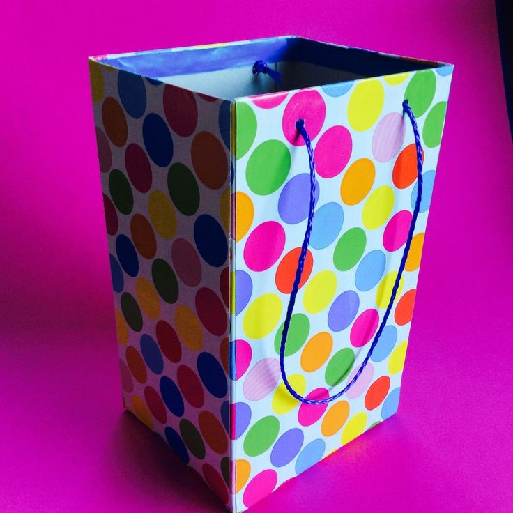 On récupère des boîtes en carton en cuisine (boîtes de céréales, lait pour bébé...) et on en fait des sacs cadeaux pour les anniversaires, Noël ou Halloween... Matériel: - boîtes en carton, - papier cadeau, - cordelette, - scotch, - colle, - pinceau à...