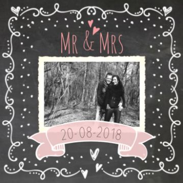 Sierlijke huwelijkskaart krijtbord met foto.  #trouwkaart #trouwkaartje #trouwkaarten #huwelijkskaartje #huwelijkskaarten #trouwen #huwelijk #huwelijksaankondiging #krijt #krijtbord #sierlijk #vintage #foto #vaandel #hartjes #mr&mrs