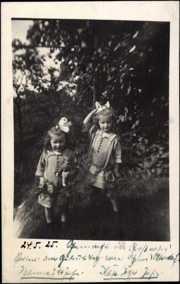Foto Ak Zwei kleine Mädchen mit Puppen, Haarschleifen
