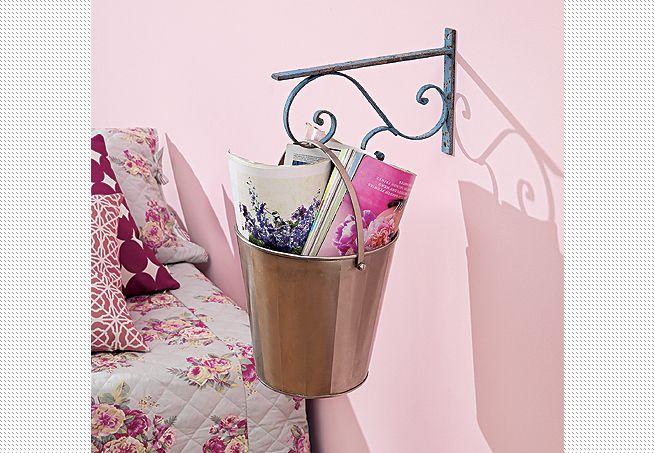 Presa na parede da cama, onde estaria o criado-mudo, a mão-francesa segura apenas o balde metálico que, assim, torna-se um revisteiro  Carlos Cubi / Casa e Jardim