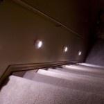 Iluminación de escaleras con luces empotradas