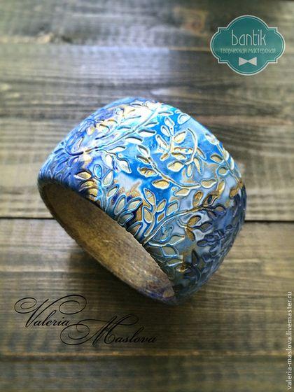 Браслеты ручной работы. Ярмарка Мастеров - ручная работа Широкий браслет из полимерной глины синий в золотой листве. Handmade.