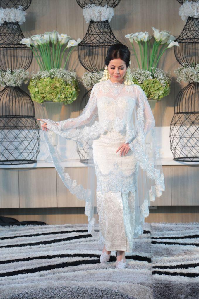 White Elegance by SVARNA by IKAT Indonesia Didiet Maulana - 004