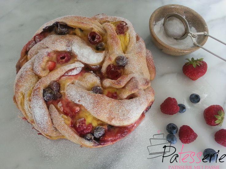 """<input class=""""jpibfi"""" type=""""hidden"""" ><p>Na het maken van de zoete rozijnen/pecan broodjes heb ik de smaak te pakken voor lekkere koffiebroodjes. Op Instagram kwam ik al meerdere keren een prachtig zoet brood tegen, het triple berry swirl bread, gebaseerd op een recept van Joy the Baker. Ik had nog wat vers fruit liggen, dus …</p>"""