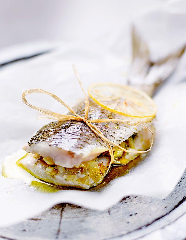 Recette Millefeuille de pagre au fenouil confit : Ecaillez et videz 4 pagres de Méditerranée (250 à 300 g), levez les filets en les gardant attachés par la queue. Coupez l'arête avec une paire de ciseaux, puis ôtez les arêtes de chaque filet à la pince.Émincez 1 gros fenouil et 2 branches d...