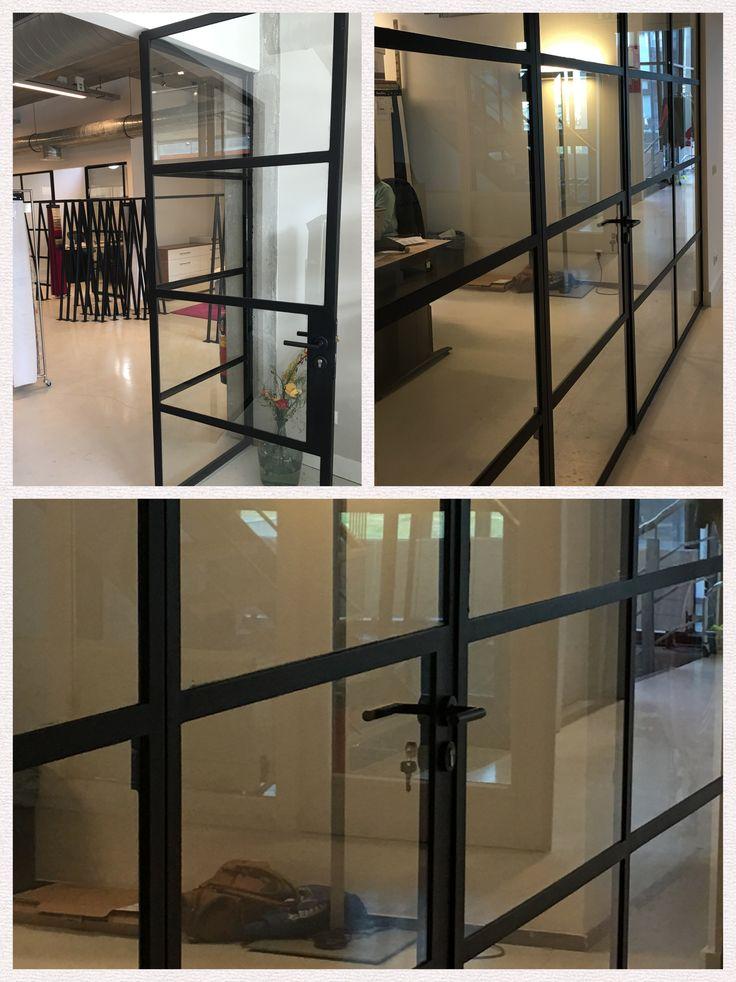 Stalen deuren zijn hot!  Deze hebben we geplaatst bij een architecten kantoor in Amsterdam.   Zou jij ook zo'n stalen deur thuis willen?
