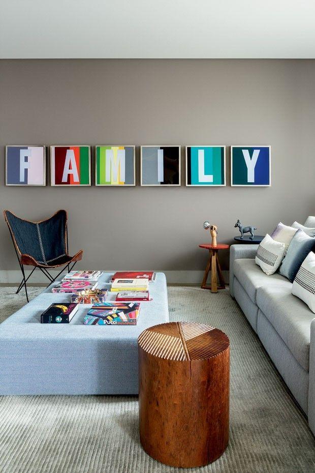 Apartamento colorido com paredes cinza