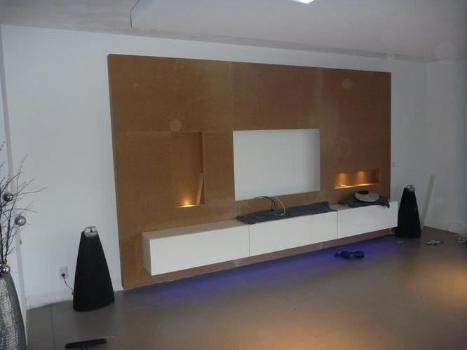 Zie voorbeeld. Met betrekking tot de afwerking. Spachtelputz  Op het voorbeeld ziet u een dressoir. Wij willen in plaats van het dressoir een nis voor de audio apparatuur.   Afmeting: in overleg maar ca. 3m x 2m.  Vakman levert materiaal. Verlicht is led.