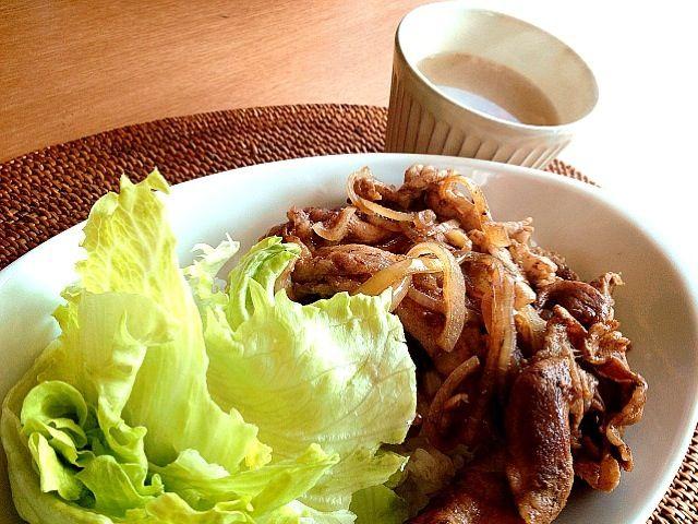 バルサミコ酢と出汁醤油のみで味付けの豚丼。 お酢効果でお肉柔らか〜✨お肉が甘くて美味しい〜  生姜たっぷりぽっかぽか✨野菜スープ 玉ねぎ。人参。蓮根。押し麦。ニンニク。生姜。ベースはコンソメ味✨  花粉症と風邪が生姜パワーとお酢パワーで吹き飛ばせ〜✨✨✨ - 143件のもぐもぐ - バルサミコ豚丼。 by mayumi213