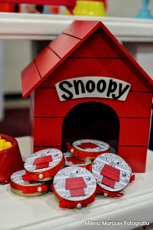 Snoopy house decoration for Charlie Brown Peanuts Birthday.