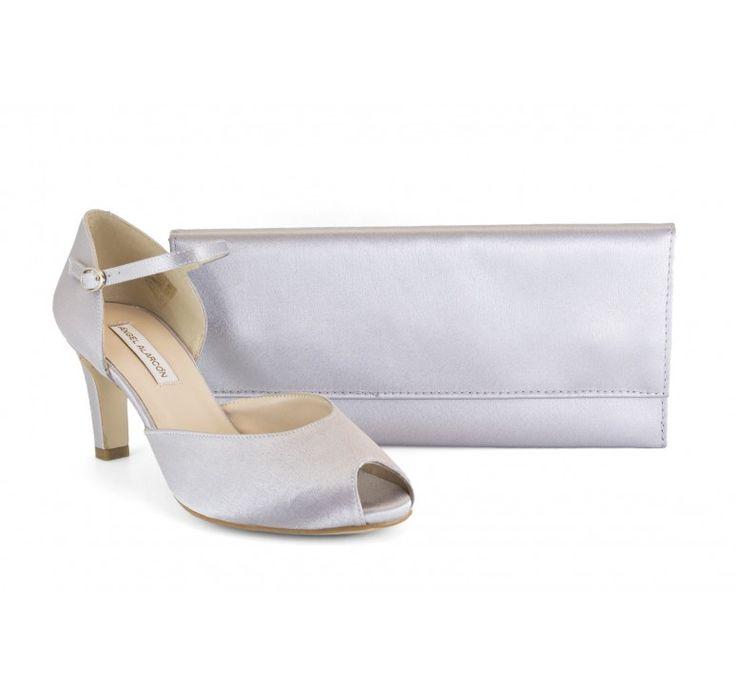 Marca: Ángel Alarcón , modelo 16539-554L  Colección: zapatos de fiesta 2016  Zapato de fiesta bajito de raso plateado con bolso a juego. Zapato de pala y talón (d'orsay) cogido al tobillo con pulsera, con cierre de hebilla. Este zapato es muy cómodo y queda sujeto al pié, tiene un tacón ancho de 7 cm. con planta acolchada de 1 cm. (sensación de altura de 5-6 cm).  Clutch y bolso de mano