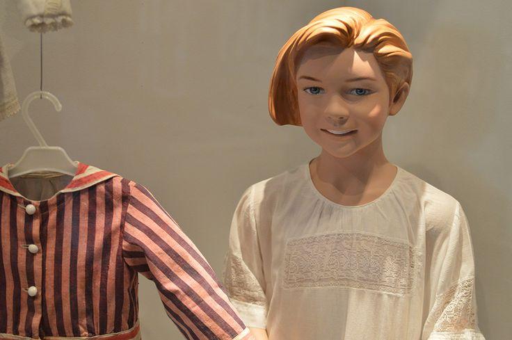 Näyttelyssä on esillä myös lapsille kuulunutta esineistöä esimerkiksi erilaisia vaatteita. Luuppi, Oulu (Finland)