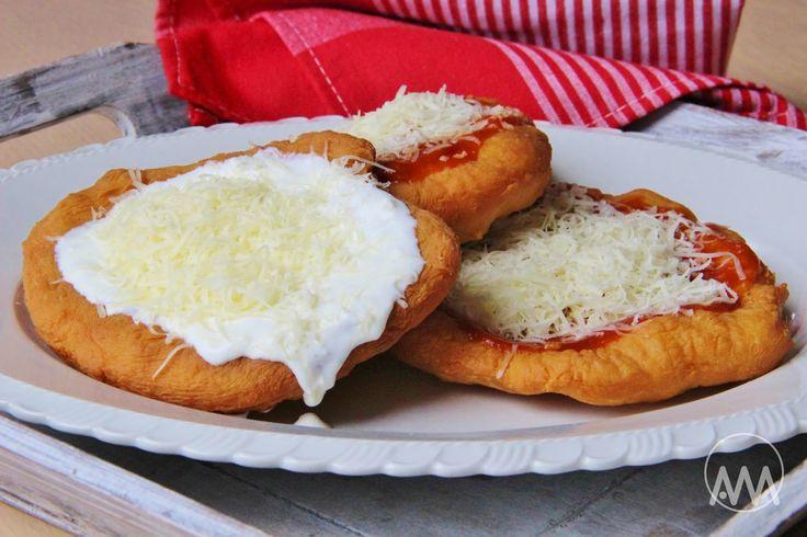 Na přípravu budete potřebovat:   Těsto:  500g hladké mouky  1 zakysaná smetana nebo bílý jogurt ( 250g )  1 kelímek ( od smetany ) vlažné...