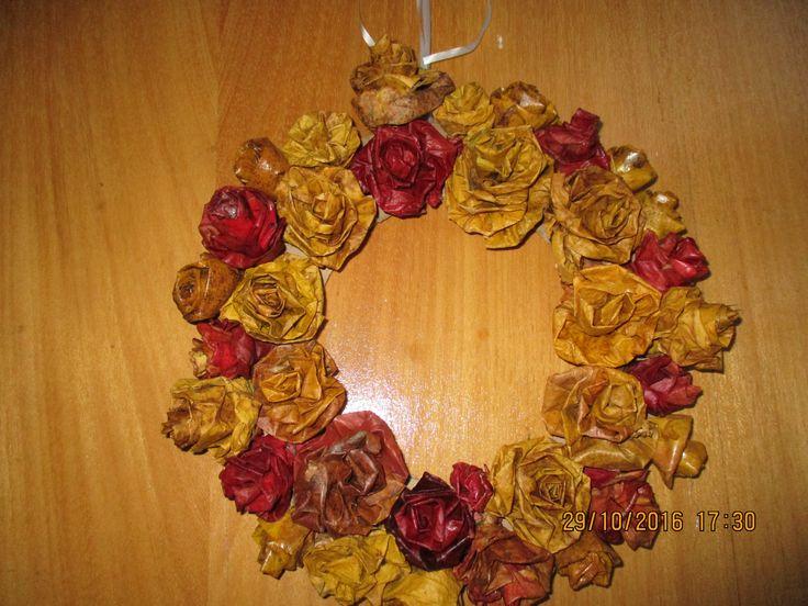 věnec z růžiček, vytvořených z padaného listí