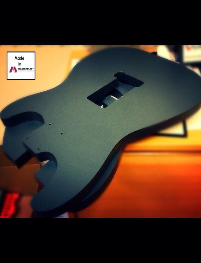 Sähkökitaran rungon valmistukseen koneistetut jigit PVC:sta.