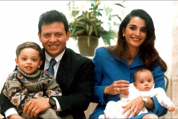 Rania avec le roi Abdallah et le prince Hussein et la princesse Iman en 1996                                                                                                                                                                                 Plus