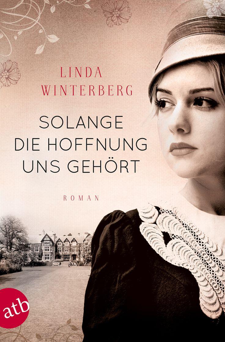 Frankfurt, 1938: Als Jüdin darf die junge Opernsängerin Anni nicht mehr auftreten. Nur mit Mühe kann sie für sich und ihre kleine Tochter Ruth sorgen. Die Angst vor dem NS-Regime wird immer größer, doch all ihre Bemühungen, gemeinsam auszureisen, scheitern. Schließlich ringt sich Anni zu der wohl schwersten Entscheidung für eine Mutter durch ...  Mehr zu »Solange die Hoffnung uns gehört« unter http://www.aufbau-verlag.de/solange-die-hoffnung-uns-gehort.html