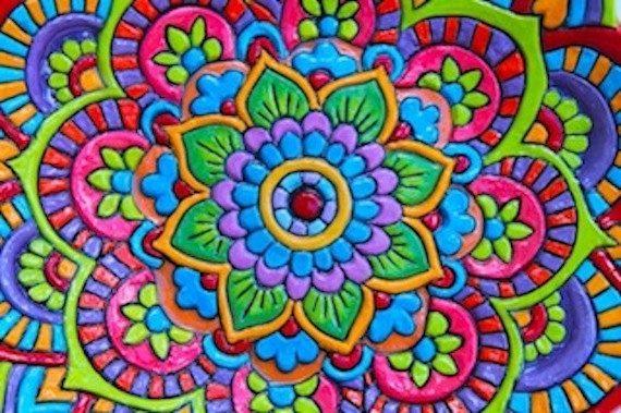 La serie Mandala tazón está inspirada en los patrones, formas y colores utilizados en la creación de mandalas. En muchas tradiciones espirituales mandalas se han utilizado para centrar la atención en un espacio de miedo. Mandala rojo: Ancho: 31,5 cm de altura: 6cm: Interior: modelado, Exterior: rojo cereza El rojo representa fuerza, alta energía y pasión  Mandala color turquesa: Ancho: 34cm, altura: 7cm: Interior: modelado, Exterior: luz turquesa. Turquesa representa amor, sanación…