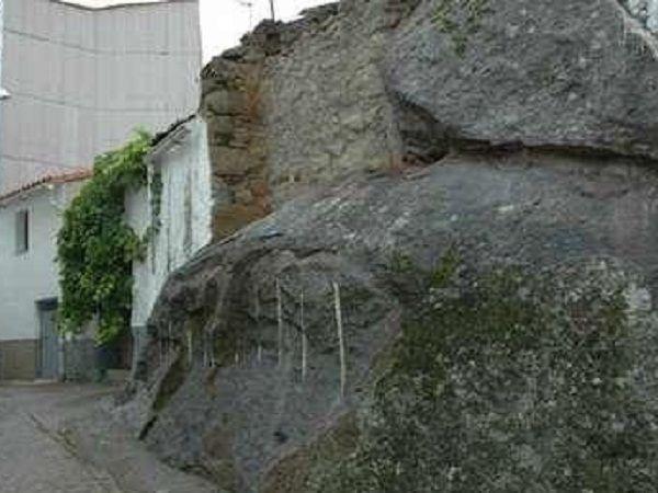 Una de las Casas construidas sobre la Roca de Arroyomolinos de la Vera.