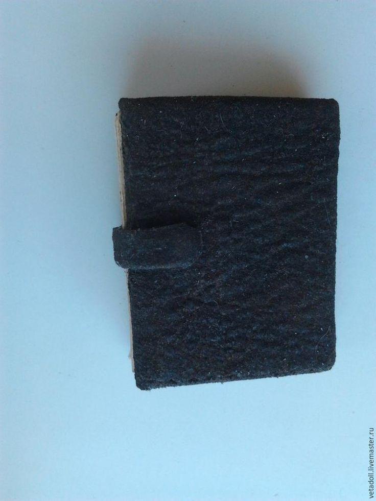 Предлагаю сделать книжку для куклы. Книга самая настоящая, может использоваться и как блокнотик. Для изготовления понадобится: 1. Листы состаренной бумаги (об этом ниже). 2. Кожа или фактурная бумага для обложки. 3. Картон. 4. Бинт или марля примерно 10 х 10 см (зависит от размера книги). 5. Толстая игла и прочная нить. 6. Клей ПВА или Титан, ножницы, макетный нож, кисточка, кусочек тесьмы шириной равной толщине будущей книги. 7.