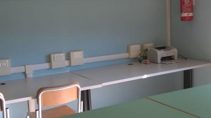 Pc portatlie e stampante per leggere ebook,ricercare,,,I tavoli lunghi per esprimersi con fantasia procendo cartelloni e disegni