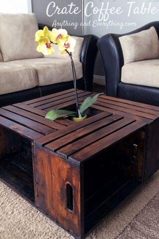 mesa de centro feita com caixotes de feira
