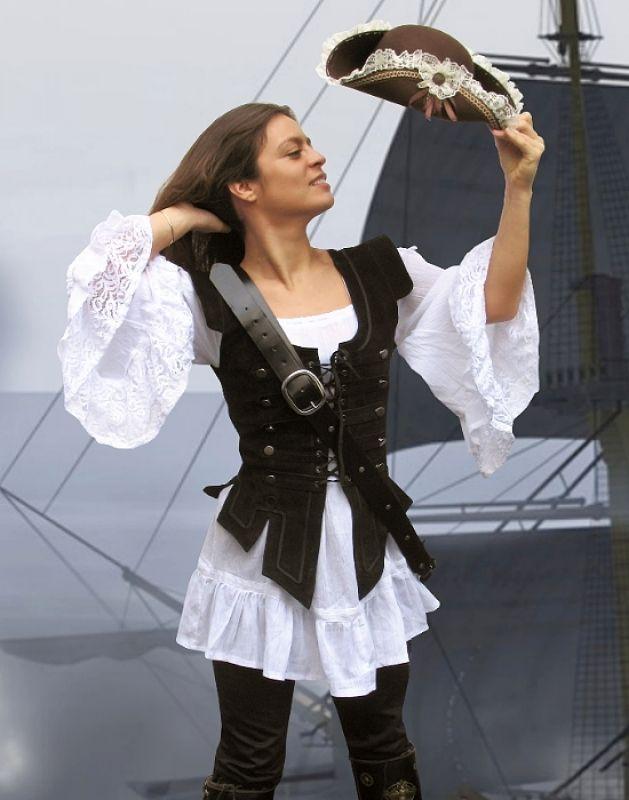Schöne Piratenweste in 5 Größen aus weichem anschmiegsamen Leder. Komplett gefüttert mit Ösen und Knöpfen. Im Gegensatz zu Samt schwitzt man in dieser Weste /Mieder gar nicht und es ist wirklich super bequem. Lieferumfang: Lederweste...
