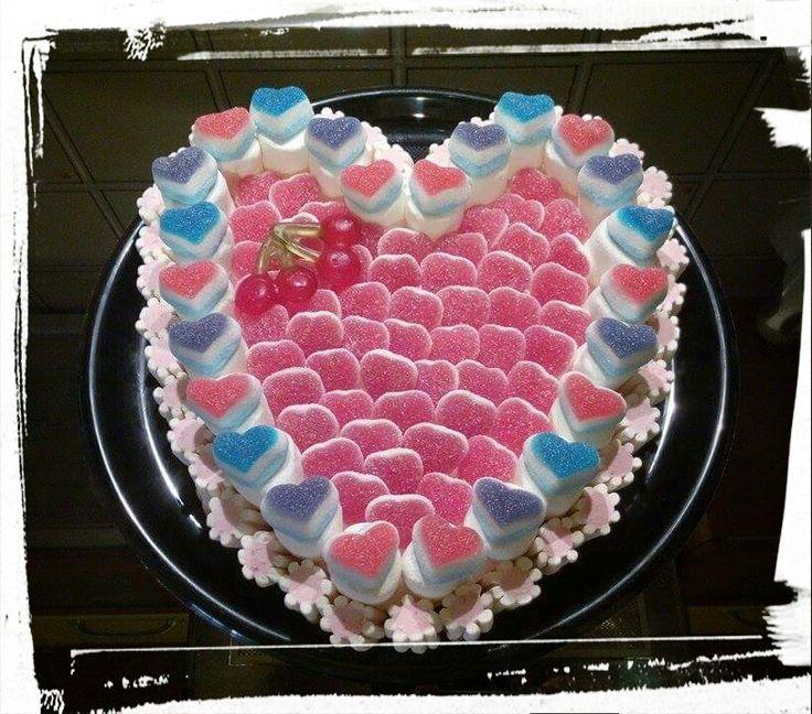 "Torta di caramelle ""Love me"" #caramelle #candy #caramellegommose #candy #marshmallow #tortedicaramelle  #matrimonio #wedding #love #cuore #heart"