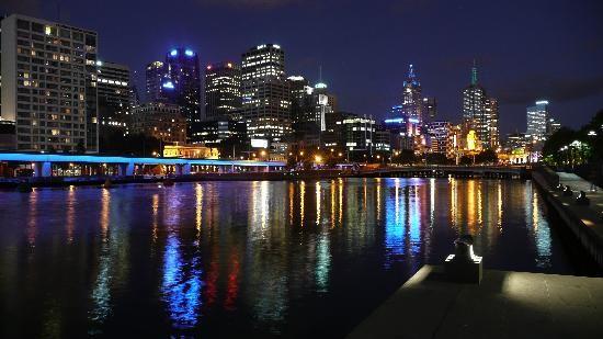 Google Afbeeldingen resultaat voor http://media-cdn.tripadvisor.com/media/photo-s/01/24/42/da/melbourne-yarra-river.jpg